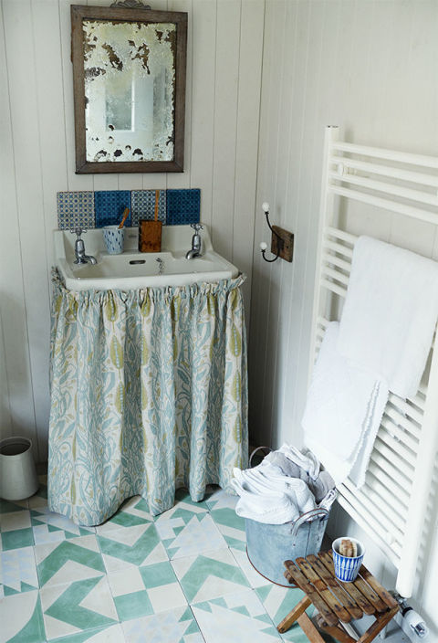 Small bathroom decorating ideas small spaces for Country bathroom designs small spaces